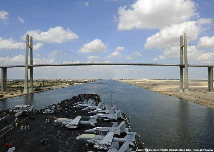 La strada per il canale di Suez passa obbligatoriamente per Israele. E' anche molto dubbio che Israele o gli Stati Uniti tollererebbero il canale nelle mani di un nuovo impero ottomano. Nella foto: una portaerei americana attraversa il canale di Suez
