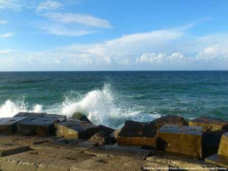 Libia - Il mare Mediterraneo. La vita libica si svolge soprattutto lungo la costa, dove arriva anche il petrolio per l'esportazione