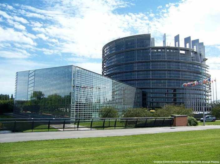 Chi avesse letto attentamente le modifiche proposte dal governo italiano, avrebbe scoperto che l'Unione Europea sarebbe stata inserita pesantemente nella costituzione. Nella fotografia, il Parlamento Europeo