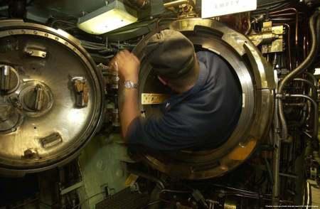 Tubo lanciasiluri di un sommergibile. Un singolo sottomarino puo' paralizzare tutto il traffico marittimo di un'area enorme - ad esempio il Mar Mediterraneo