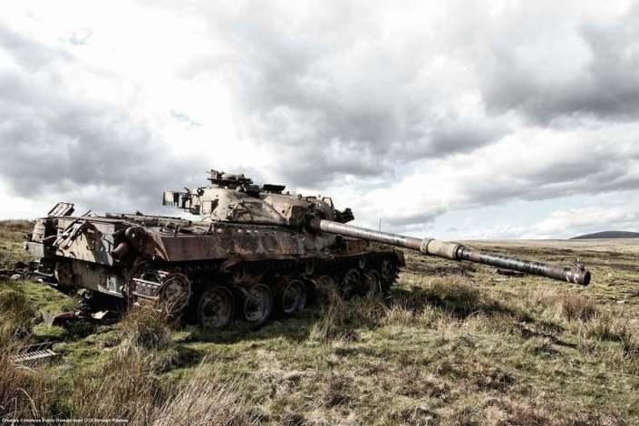 Carro armato distrutto durante la guerra in Siria