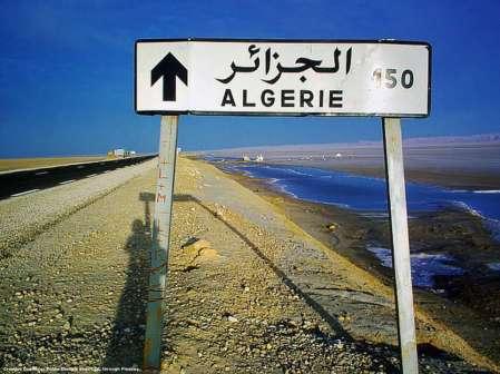 In questo momento, l'Algeria e' troppo impegnata con i problemi interni per assumere un ruolo decisivo in Libia - con cui confina a sud