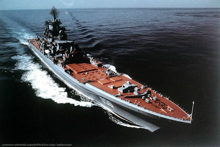 """Per quanto la Cina stia diventando sempre di piu' """"pericolosa"""", gli Stati Uniti individuano ancora nella Russia il nemico principale. In effetti, i brillanti risultati ottenuti dalla piccola squadra navale russa al largo della Siria hanno """"umiliato"""" la potente UN Navy. Nella fotografia, un Incrociatore della marina russa della classe Kirov, come quello che ha contribuito a portare a termine gli obiettivi della geopolitica russa in Siria"""