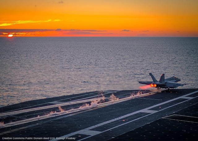 Una portaerei della marina USA. In questo paese si ragiona in termini di interesse nazionale, che viene spesso garantito tramite la forza militare e/o economico-finanziaria