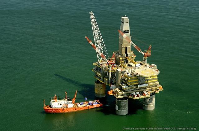 Risorse naturali russe: petrolio estratto tramite piattaforma petrolifera