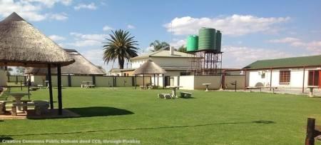 Una grande fattoria boera - od afrikaner. Spesso le fattorie sudafricane sono molto piu' piccole. Il governo ha deciso di confiscarle tutte senza compensazione - o, in base alle prime notizie dopo l'attenzione mondiale, ad un prezzo minimale