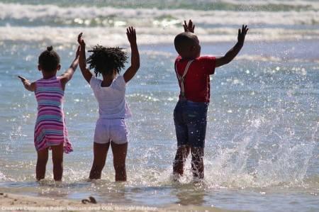 Cosi' appare al mondo il Sudafrica. La verita' e' ben diversa, con la popolazione bianca che spesso cerca di fuggire e la popolazione nera vittima di una criminalita' fuori controllo - con diffusissimi stupri di bambini a scopo magico per curare l'AIDS rampante