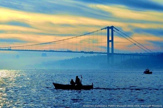 La Turchia non fa parte della UE, e' un paese medio-orientale ed ha una vasta testa di ponte in Europa. Questo la pone nella posizione di potere influire in modo determinante sulle vicende europee - ad esempio convogliando milioni di profughi dal Medio Oriente ed aree limitrofe